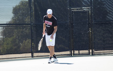 Men's tennis finishes weekend 1-1 despite tough weather conditions